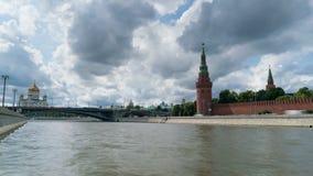 Moskou het Kremlin van de dijk van Sofia met de Moskva-Rivier op de voorgrond, Rusland stock video