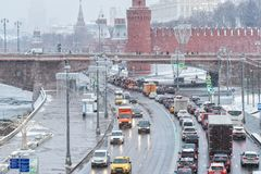 Moskou het Kremlin, vervoerverkeer, de wintersneeuwval Royalty-vrije Stock Afbeelding