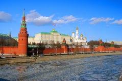 Moskou het Kremlin, zonnige de winterdag De bevroren Rivier van Moskou Stock Afbeelding