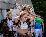 Moskou, Izmailovsky-Park, kan 27, 2018: twee mooie meisjes en een jonge mens die op Braziliaans Carnaval wachten stock afbeeldingen