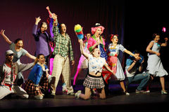 De actrices en de actoren zingen in Muzikale Heksen van Eastwick stock foto