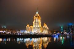 5 Moskou-JANUARI: Het Koninklijke Hotel en de Moskou-Stad van Radisson op de achtergrond bij nacht op 5,2014 Januari in Moskou, Ru Stock Fotografie