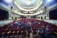 Het publiek in theater vindt in zaal plaats Royalty-vrije Stock Foto's