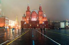 7 Moskou-JANUARI: Rood Vierkant in Moskou zoals die van St. de Kathedraal van het Basilicum bij nacht op 7 Januari, 2014 in Moskou Stock Afbeelding