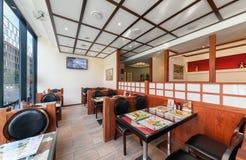 MOSKOU - JULI 2013: Het binnenland is modern Japans restaurant Ichiban Boshi De belangrijkste zaal met binnenlandse muur Stock Afbeeldingen