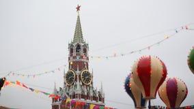moskou Kerstmis Het onderhouden aantrekkelijkheden in het Kremlin De mensen in de cabines worden aangetrokken door ballons Nieuw  Royalty-vrije Stock Foto