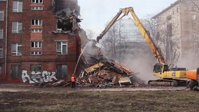 MOSKOU - MAART 25, 2015: het graafwerktuig vernietigt de bouwschoo 205 stock videobeelden