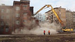 MOSKOU - MAART 25, 2015: het graafwerktuig vernietigt de bouwschoo 205 stock footage