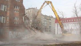 MOSKOU - MAART 25, 2015: het graafwerktuig vernietigt de bouwschoo 205 stock video