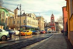 Moskou - maart 18: Pyatnitskayastraat, het historische centrum Zamoskvorechie Auto's op asfalt Rusland, Moskou, 18 maart, 2015 Stock Fotografie