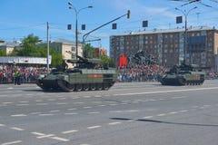 MOSKOU, 9 MEI, 2018: De grote parade van de Overwinningsvakantie van Russische militaire voertuigen Vierende mensen, Overwinnings Royalty-vrije Stock Afbeelding