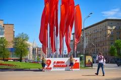 MOSKOU, 9 MEI, 2018: Grote Overwinning dag 9 Mei vieringsdecoratie Mens die twee jonge meisjes in sovjet eenvormige militairen sc stock foto