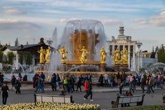 Moskou, 1 Mei, het 2019 bekende park VDNH van de plaatsrecreatie Prachtige Fonteinvriendschap VAN MENSEN met gouden standbeelden royalty-vrije stock fotografie