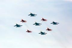 MOSKOU - MEI 9: Het teamswifts van de Aerobaticdemonstratie op mig-29 Stock Afbeeldingen