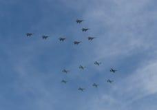 MOSKOU - MEI 9: Het teamswifts van de Aerobaticdemonstratie op mig-29 en Russische Ridders op su-27 en su-34 op parade Stock Foto's