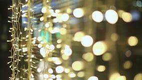 moskou nacht Lichten van gloeiende slingers op de straten van de stad De Kerstmisdecoratie demonstreert winkels en straten stock video