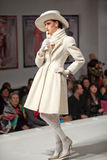 De modellen tonen de kleding op liefdadig toont Stock Foto's