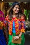 Moskou, Park op Krasnaya Presnya, 05 Augustus, 2018: Portret van mooie jonge vrouw van Indonesië die en camera glimlachen bekijke stock fotografie