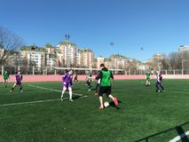Moskou, rf 26 Maart, 2019: studentenvoetbalwedstrijd op het gebied met kunstmatig gras stock afbeelding