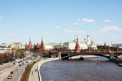 Moskou, rivier, weg en het Kremlin Stock Afbeeldingen