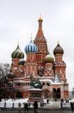 Moskou, Rood vierkant, mening van St Basilicum` s Kathedraal Stock Foto