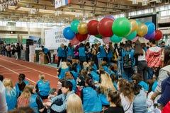 Moskou, Rus, 12 juni: groep studentenvrijwilligers met kleurrijke ballons bij het Koreaanse festival Stock Fotografie