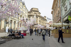 Moskou, Rusland, April25, 2016: Voetgangers op de straat Kuz Stock Afbeeldingen