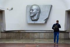 MOSKOU, RUSLAND - APRIL 30: De bas-hulp van Vladimir Lenin op muur van metro post Ploshchad Ilyicha, de metro van Moskou post Stock Fotografie
