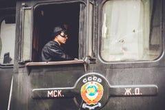 Moskou, Rusland - April 04, 2015: De bestuurder in de cabine van oude locomotief retro Royalty-vrije Stock Afbeeldingen
