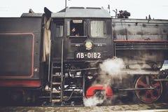Moskou, Rusland - April 04, 2015: De bestuurder in de cabine van oude locomotief retro Stock Foto
