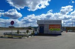 Moskou, Rusland - April 23, 2017: de Centrumverkoop en de de diensttransponders op weg m-4 ` trekken ` aan Royalty-vrije Stock Foto's