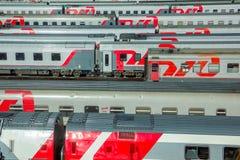 Moskou, Rusland - April, 2017 De mening van de Horisontalzomer over de moderne Russische treinen van de spoorwegpassagier stock afbeelding