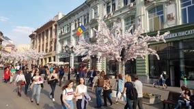 Moskou, Rusland - April 30 2018 De mensen lopen het meest langs voetstraat Kuznetsky stock video