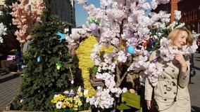Moskou, Rusland - April 14 2018 De mensen lopen in Manege-Vierkant tijdens de gift van festivalpasen stock video