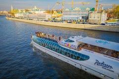 MOSKOU, RUSLAND 24 APRIL, 2018: De mensen op het jacht van Vloot Radisson Koninklijk tijdens de rivier reizen Het hele jaar het w stock afbeeldingen
