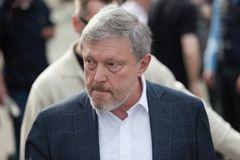 MOSKOU, RUSLAND - APRIL 30, 2018: De politicus Grigory Yavlinsky verlaat de verzameling op Sakharov-Weg tegen Internet-censuur Royalty-vrije Stock Foto