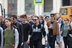 MOSKOU, RUSLAND - APRIL 30, 2018: De protesteerders verlaten de verzameling op Sakharov-Weg tegen het blokkeren van het Telegram  Royalty-vrije Stock Foto
