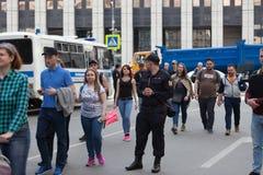 MOSKOU, RUSLAND - APRIL 30, 2018: De protesteerders verlaten de verzameling op Sakharov-Weg tegen het blokkeren van het Telegram  Stock Foto