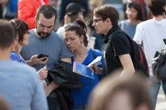 MOSKOU, RUSLAND - APRIL 30, 2018: De protesteerders verlaten de verzameling op Sakharov-Weg tegen het blokkeren van het Telegram  Stock Afbeelding