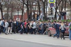 MOSKOU, RUSLAND - APRIL 30, 2018: De protesteerders verlaten de verzameling op Sakharov-Weg tegen het blokkeren van het Telegram  Royalty-vrije Stock Afbeelding