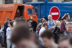 MOSKOU, RUSLAND - APRIL 30, 2018: De protesteerders verlaten de verzameling op Sakharov-Weg tegen het blokkeren van het Telegram  Stock Foto's
