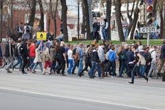 MOSKOU, RUSLAND - APRIL 30, 2018: De protesteerders verlaten de verzameling op Sakharov-Weg tegen het blokkeren van het Telegram  Royalty-vrije Stock Afbeeldingen