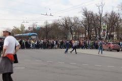 MOSKOU, RUSLAND - APRIL 30, 2018: De protesteerders verlaten de verzameling op Sakharov-Weg tegen het blokkeren van het Telegram  Stock Afbeeldingen