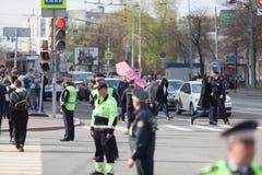 MOSKOU, RUSLAND - APRIL 30, 2018: De protesteerders verlaten de verzameling op Sakharov-Weg tegen het blokkeren van het Telegram  Stock Fotografie