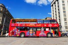 MOSKOU, RUSLAND - APRIL 12: De rode toeristenbus wacht op zijn pa Stock Afbeeldingen