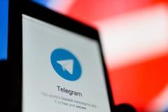 MOSKOU, RUSLAND - APRIL 16, 2018: Een mobiele telefoon met het Telegram app ter beschikking tegen een verbiedend teken Telegram i stock foto's