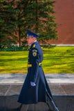 MOSKOU, RUSLAND 24 APRIL, 2018: Enige militair die tijdens wacht van Eer maart van verandering bij het graf van Onbekend lopen Royalty-vrije Stock Foto's
