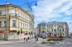 Moskou, Rusland, 15 April, 2017 Het vierkant van Lyalinalyalin in de lente Kinderen die over de weg lopen Royalty-vrije Stock Afbeelding