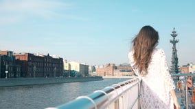 MOSKOU, RUSLAND - APRIL, 29, 2017 Jonge vrouw in witte kleding die zich op het dek van een boot van de rivierreis bevinden Verre  Stock Afbeeldingen