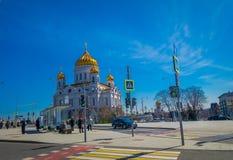 MOSKOU, RUSLAND 24 APRIL, 2018: Mensen die dicht bij Kerk van de Verlosserkathedraal lopen van Verrijzenis van Christus Het royalty-vrije stock afbeeldingen